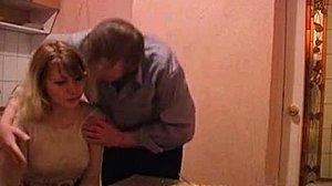 Tochter saugt Daddy S Schwanz